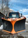 Малая оранжевая тележка используя плужок снега Стоковое Изображение RF