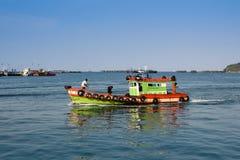 Малая плавая вдоль побережья рыбацкая лодка входя в порт Koh Sichang, провинции Chonburi, Таиланда Стоковое Изображение