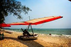 Малая плоская шлюпка на ochheuteal пляже Камбоджа Стоковое Изображение