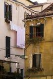 Малая площадь с красочными зданиями в Венеции, Италии Стоковое Изображение RF