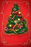 Малая рождественская елка сусали, гаек, лент и орнаментов Подарок для рождественской елки, винтажного вахты 2018, стоковое фото
