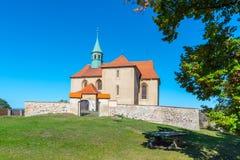 Малая сельская готическая церковь St James в Bedrichuv Svetec близко большая часть, чехия стоковая фотография