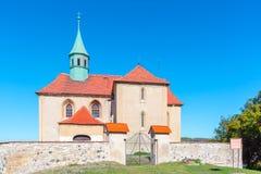 Малая сельская готическая церковь St James в Bedrichuv Svetec близко большая часть, чехия стоковая фотография rf