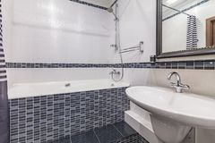 Малая серая ванная комната стоковые фото