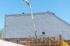 Малая старая и покинутая крыша дома сокрушенная крупным планом разрушения землетрясения с голубым небом выше Стоковые Изображения RF
