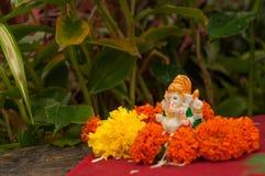 Малая статуя лорда Ganesha среди заводов Фестиваль Ganpati стоковое фото