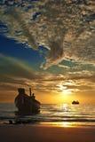 Малая тайская шлюпка на тропическом заходе солнца Стоковые Изображения RF