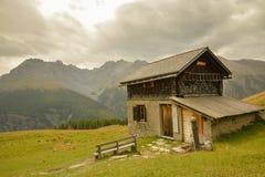 Малая хата в швейцарце Альпах Стоковое Фото