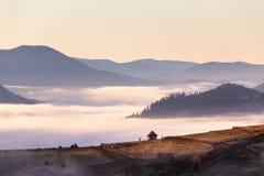 Малая хата на перевале в утре осени туманном Стоковые Фото