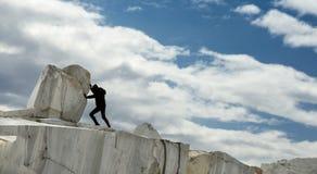 Малая человеческая женская диаграмма нажимая большой мраморный камень Метафора Sisyphus Тяжелые задачи и концепция проблем стоковая фотография rf