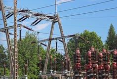 Малая электрическая станция трансформатора на открытом воздухе Керамиковые изоляторы и провода для высокого напряжения вычерченна Стоковое Изображение