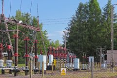 Малая электрическая станция трансформатора на открытом воздухе Керамиковые изоляторы и провода для высокого напряжения вычерченна Стоковое Фото