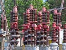 Малая электрическая станция трансформатора на открытом воздухе Керамиковые изоляторы и провода для высокого напряжения вычерченна Стоковые Фотографии RF