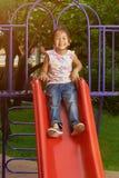 Маленькая азиатская девушка в спортивной площадке Стоковые Фотографии RF