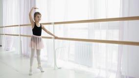 Маленькая балерина в тренировке в черном и розовом танцуя костюме сток-видео