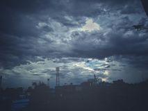 Маленькая ворона в бурном городе голубого неба стоковые изображения rf