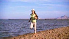 Маленькая девочка бежать на пляже Красного Моря, замедленного движения видеоматериал