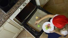 Маленькая девочка взгляд сверху положила печенья к белой плите печенья самонаводят сделано Внутри помещения кухня, варить хлеба и акции видеоматериалы