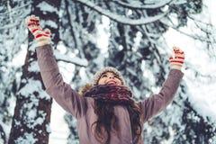 Маленькая девочка внешняя в зиме стоковые изображения