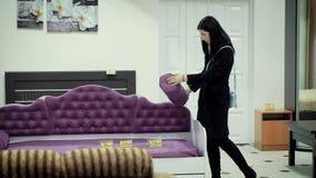 Маленькая девочка выбирает обитую мебель в мебельном магазине сток-видео