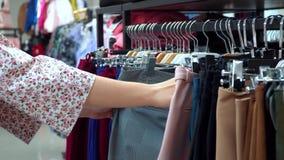 Маленькая девочка выбрала брюки в бутике сток-видео