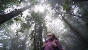 Маленькая девочка в джунглях акции видеоматериалы