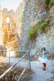 Маленькая девочка в замке StHillarion в северном Кипре стоковая фотография rf