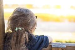 Маленькая девочка в играть парка лета ребенок счастливый Место Svobodnoe для текста скопируйте космос стоковые фото