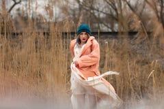 Маленькая девочка в красивом белом платье и стильной шляпе представляет в пшеничном поле стоковое фото