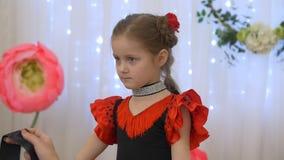 Маленькая девочка в красной точке польки акции видеоматериалы