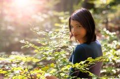 Маленькая девочка в лесе Стоковые Фото