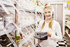 Маленькая девочка в магазине конфеты, сь Стоковое Изображение RF