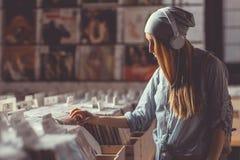 Маленькая девочка в магазине показателя винила Стоковые Фото