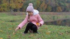 Маленькая девочка в осени парка Прелестные улыбки маленькой девочки сток-видео