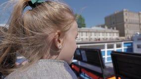 Маленькая девочка в отключении трамвая реки городом Туризм и досуг концепции видеоматериал
