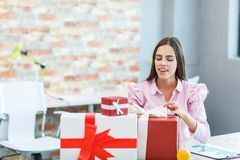 Маленькая девочка в офисе получила много подарков Стоковая Фотография