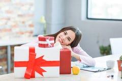 Маленькая девочка в офисе получила много подарков Стоковые Фото