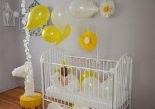 Маленькая девочка в платье празднуя первый день рождения Стоковое Изображение RF