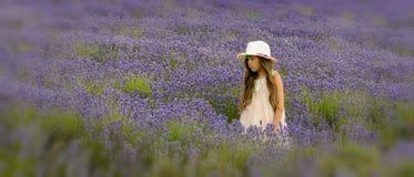 Маленькая девочка в поле лаванды стоковое изображение