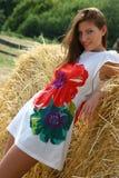 Маленькая девочка в поле стоковое изображение rf