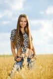 Маленькая девочка в поле Стоковое Фото