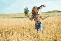 Маленькая девочка в поле Стоковые Изображения