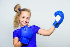маленькая девочка в пробивать перчаток бокса Спорт и мода sportswear нокдаун и энергия Успех спорта тренировка с стоковое изображение