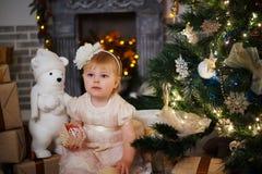 Маленькая девочка в рождественской елке Стоковое Изображение RF