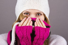 Маленькая девочка в связанных шлеме, шарфе и перчатках Стоковое фото RF