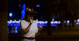 Маленькая девочка в стеклах виртуальной реальности в большой метрополии сток-видео