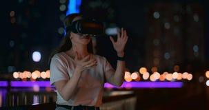 Маленькая девочка в стеклах виртуальной реальности в большой метрополии акции видеоматериалы