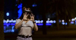 Маленькая девочка в стеклах виртуальной реальности в большой метрополии видеоматериал