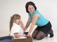 Маленькая девочка в чемодане Стоковое Изображение