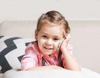 Маленькая девочка говоря на телефоне стоковое изображение rf